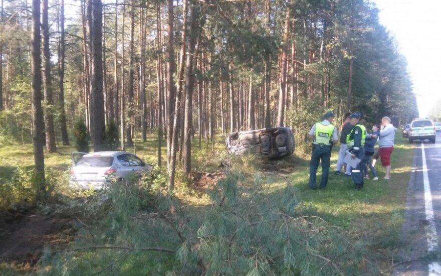 На дороге Вильнюс-Алитус два автомобиля слетели с дороги