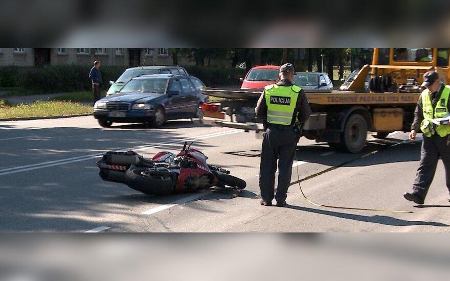 В Шяуляй мотоцикл врезался в VW Golf, а потом в ограждение