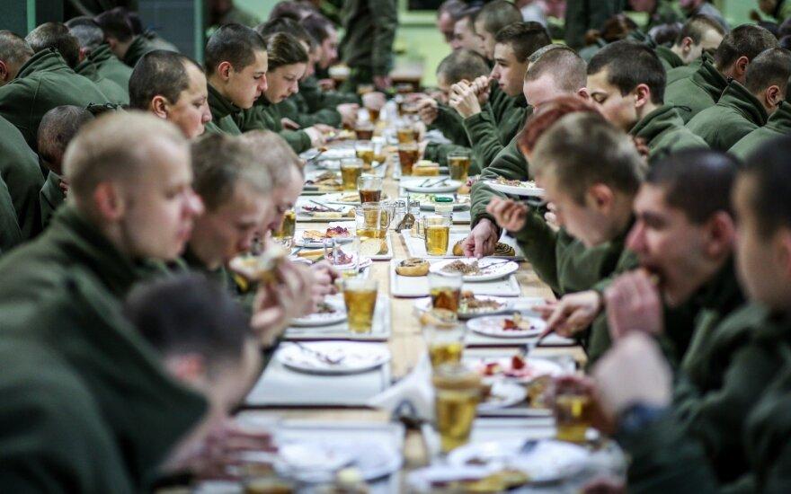 Lietuvos kariuomenės kariai valgykloje