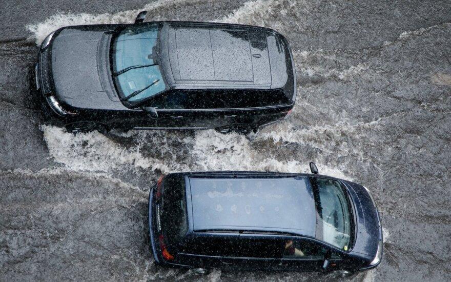 Какие дороги в Вильнюсе водителям надо объезжать во время ливня
