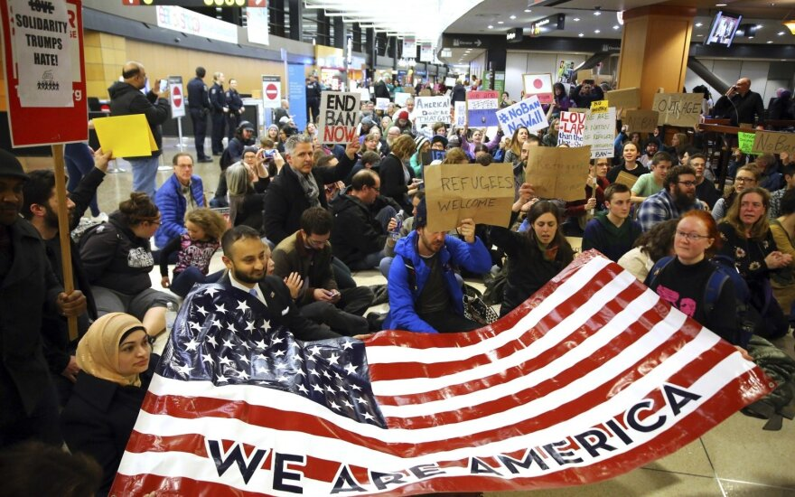 Po D. Trumpo įvestų draudimų prasidėjo protestai