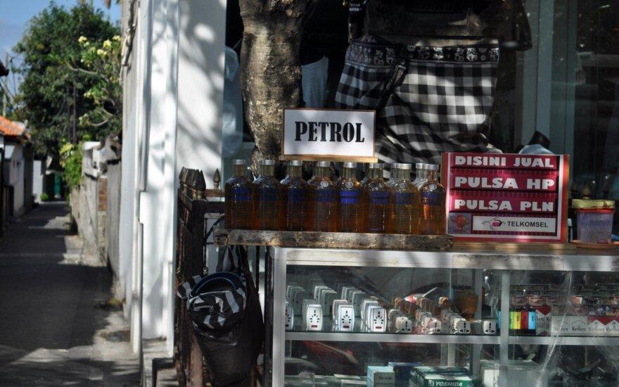 Белорусский депутат предлагает продавать в магазинах бензин в стеклянной таре