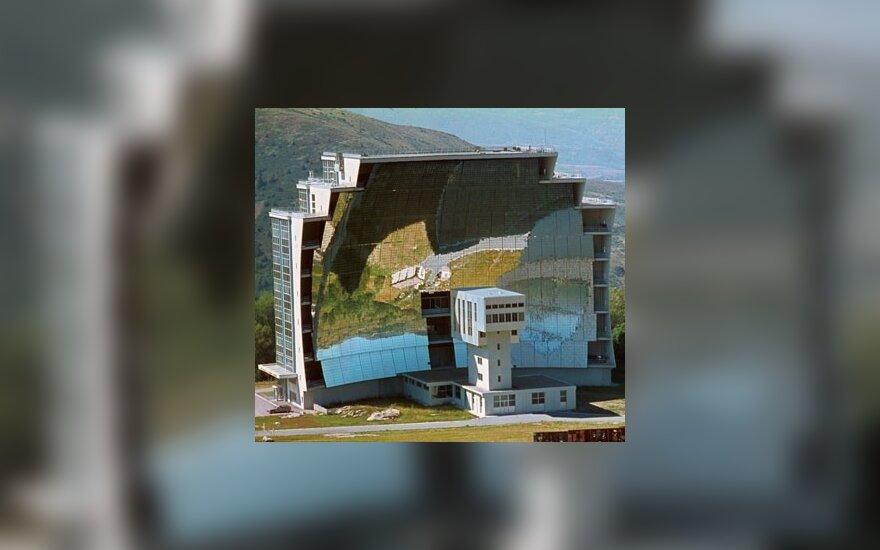 Eksperimentinis saulės baterijų generatorius Prancūzijos Pirėnų kalnų rytuose.