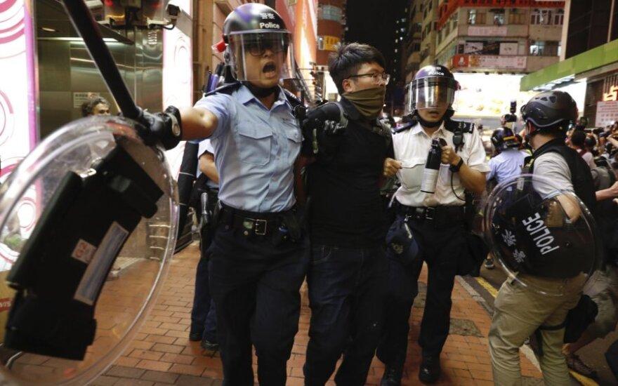 Honkongo policija per naujus neramumus areštavo penkis žmones