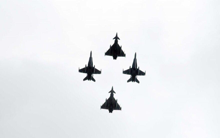 Mindaugo karūnavimo dieną Vilniuje – įspūdingi NATO naikintuvų skrydžiai