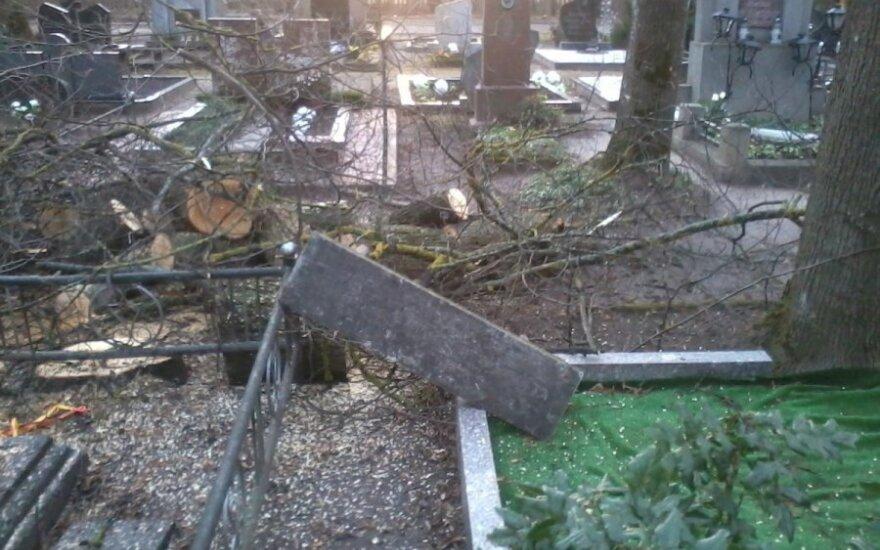 Вид могилы на шяуляйском кладбище шокировал женщину