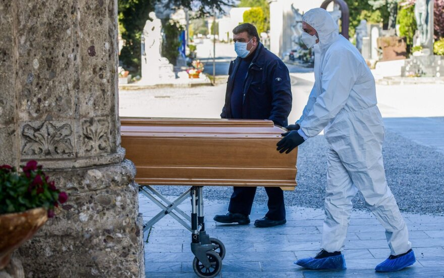 Italijoje laidojamos koronaviruso aukos