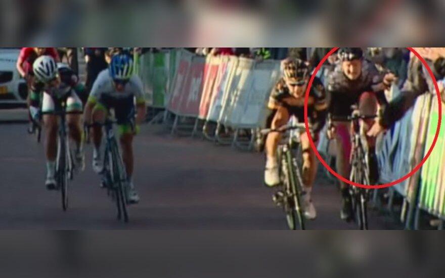 Kibic popchnął rowerzystę