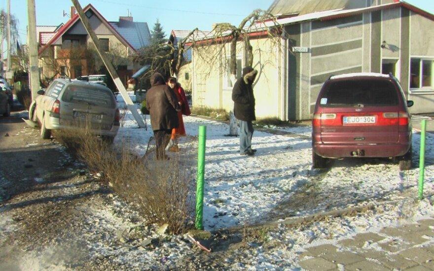 В Клайпеде автомобиль снес забор