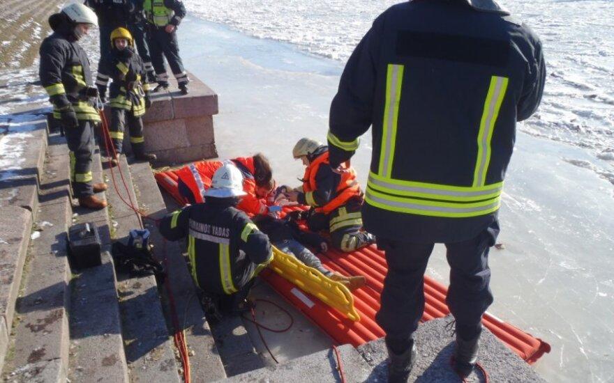 В Вильнюсе с Зеленого моста на лед спрыгнула женщина
