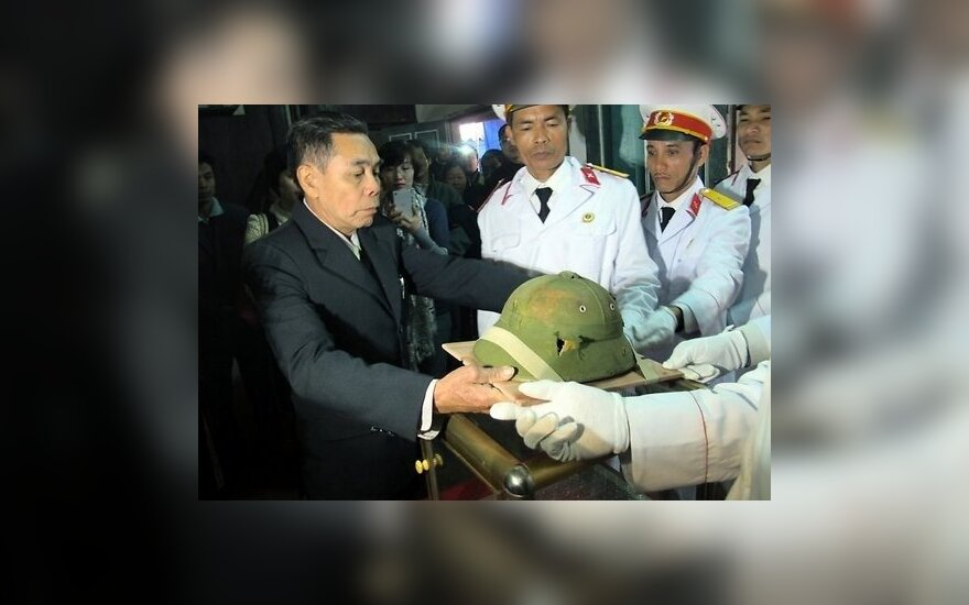 Американец спустя 46 лет вернул каску родне убитого вьетнамца