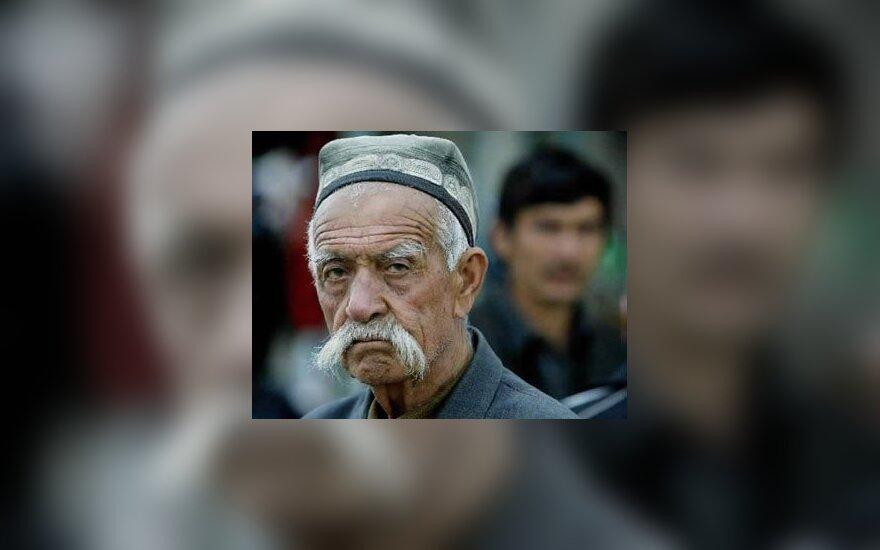 Uzbekistano kaimo Kara-Su gyventojas laukia prie Uzbekistano-Kirgizijos sienos.