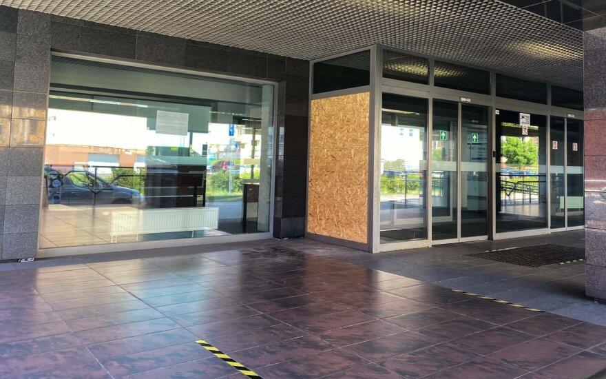 В Вильнюсе нетрезвый молодой человек через стеклянную стену проник в здание суда