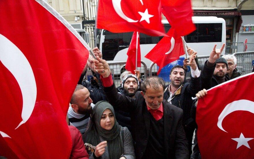 В Турции полиция применила слезоточивый газ и резиновые пули для разгона первомайской демонстрации