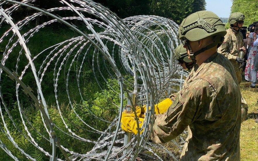 В арабских социальных сетях делятся видео с литовской границы: проволоки для забора хватило на две недели