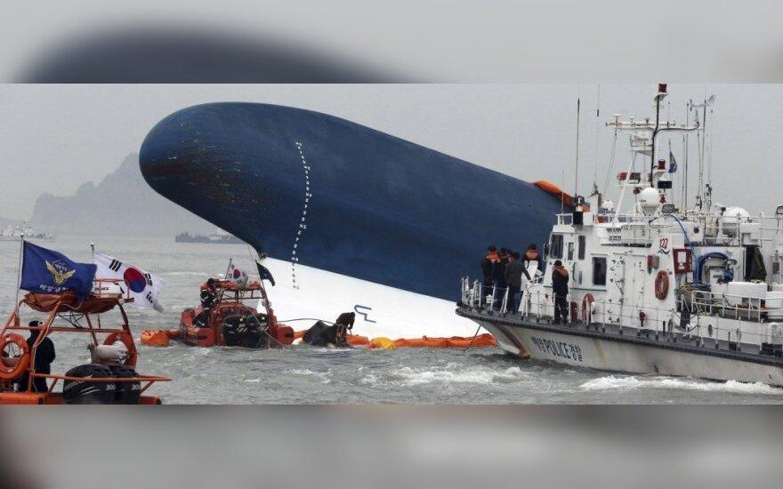 """Затонувший южнокорейский паром """"Севол"""" спустя три года подняли из воды"""