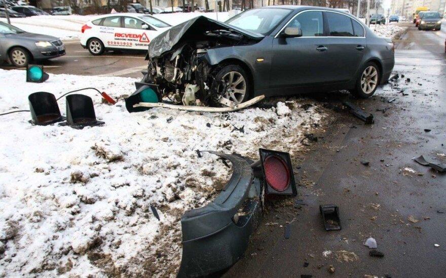 В Каунасе автомобиль BMW врезался в Seat и сломал светофор