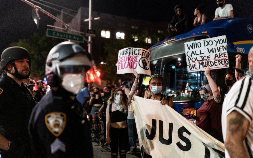 JAV tęsiasi protestai prieš policiją