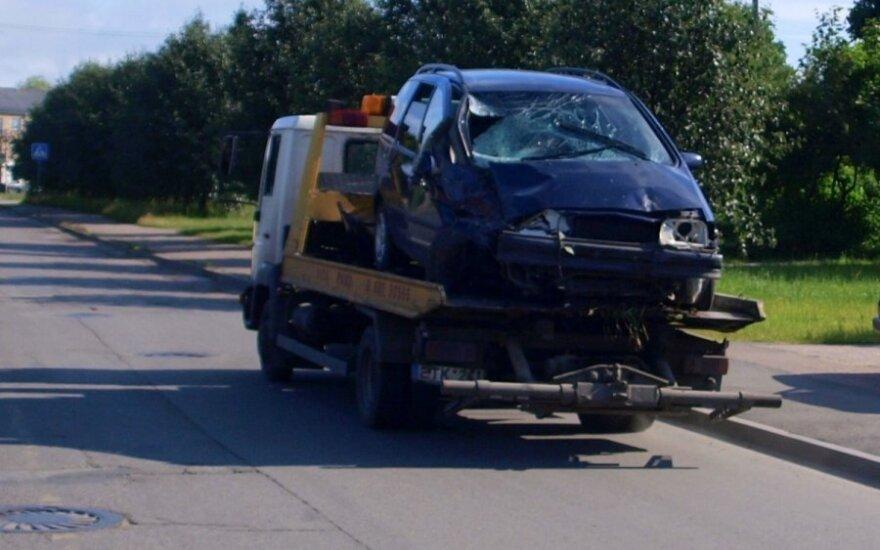 В Каунасе автомобиль врезался в людей на автобусной остановке