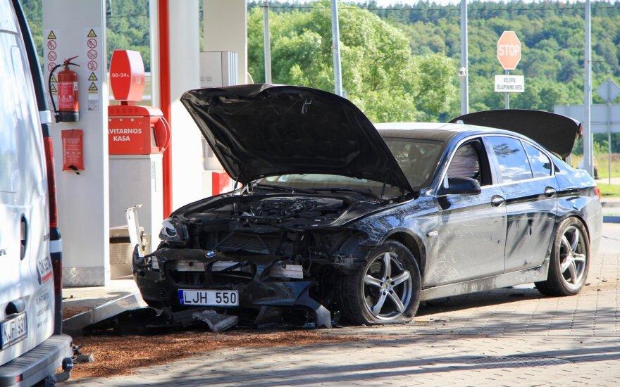 В Григишкес BMW врезался в колонку АЗС: экипаж с места происшествия сбежал