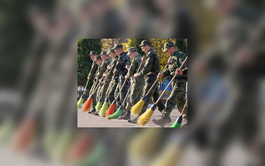 Rusijos kareiviai Pasieniečių mokyklos kieme šluoja rudeninius lapus