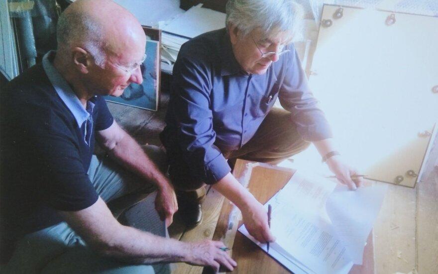 Osvaldas Daugelis ir Walteris Kauffmannas A. Mečys studijoje Hamburge (Nacionalinis M.K.Čiurlionio dailės muziejus)
