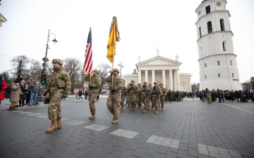 Jungtinių Amerikos Valstijų kariai, Minint Lietuvos Kariuomenės dieną, žygiuoja Gedimino prospektu