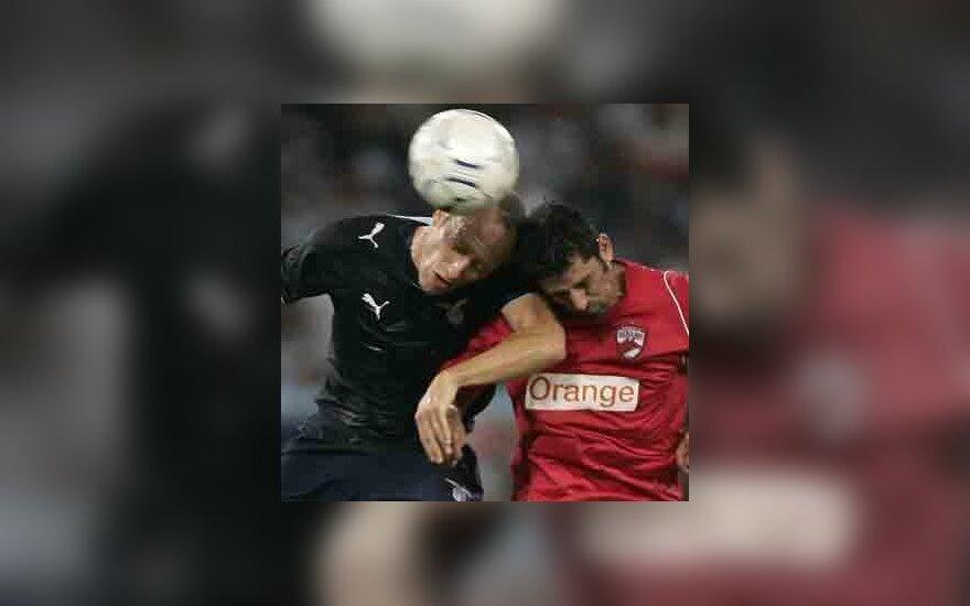 """Massimo Mutarelli (""""Lazio"""", kairėje) kovoja su Ionel Danciulescu Bukarešto (""""Dinamo"""")"""