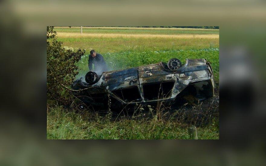 Šalčininkų r. Butrimonių k. įvyko po avarijos sudegė automobilis. L.Tkačenko nuotr.