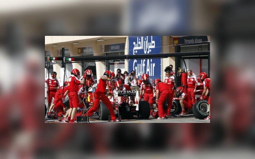 """Felipe Massa """"Ferrari"""" komandos mechanikų apsuptyje"""