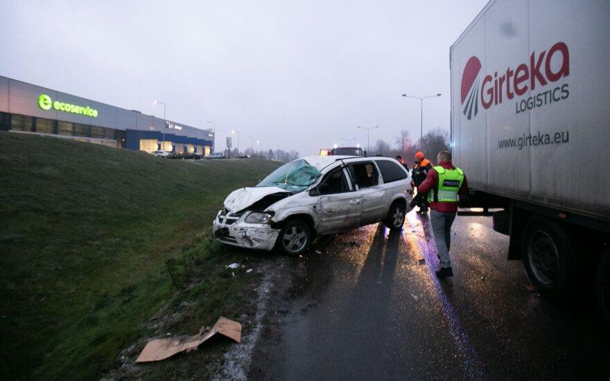 На окраине Вильнюса управляемый нетрезвым водителем минивэн врезался в фуру