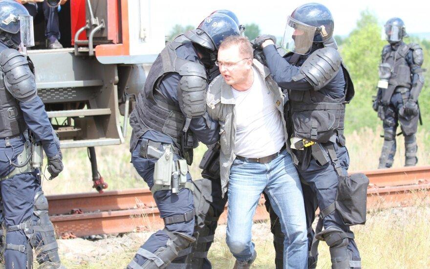 Учения: спецслужбы Литвы обуздали прибывших из России футбольных хулиганов