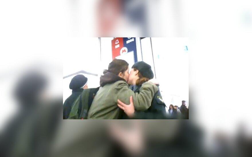 В Москве насильно целуют женщин-милиционеров