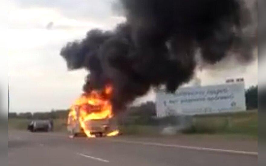 На магистрали Вильнюс-Каунас сгорел автокемпер