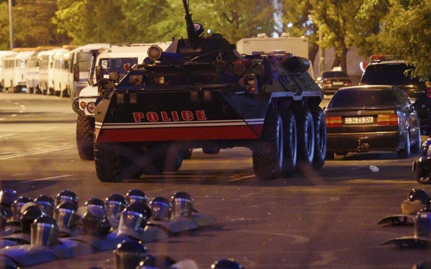 """В Армении лидер оппозиции объявил о начале """"бархатной революции"""""""