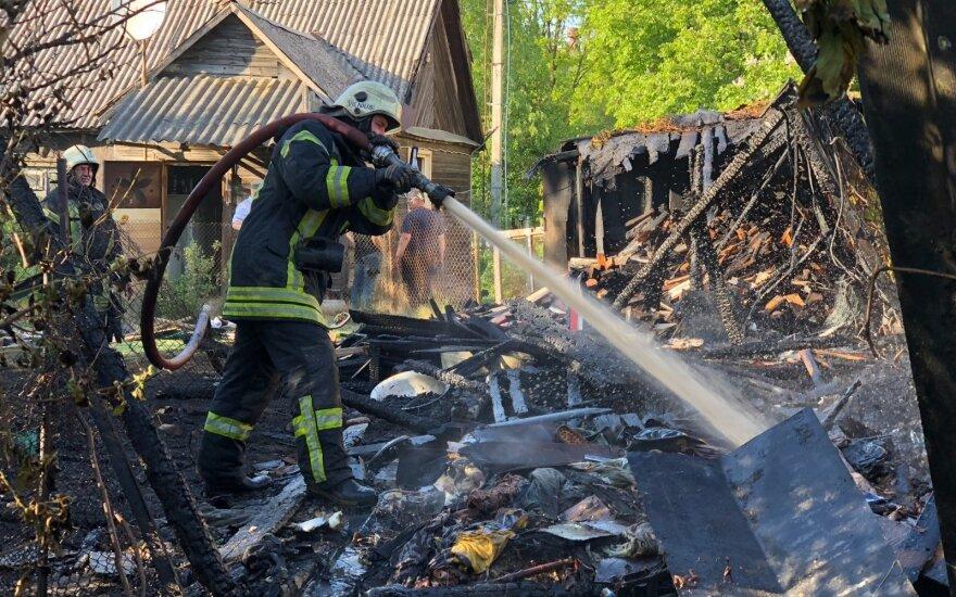 В Расейнском районе полностью сгорела постройка, задержан поджигатель