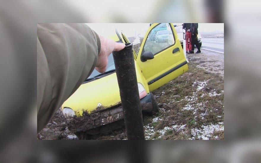 Автомобиль перевернулся из-за неизвестно откуда появившейся трубы
