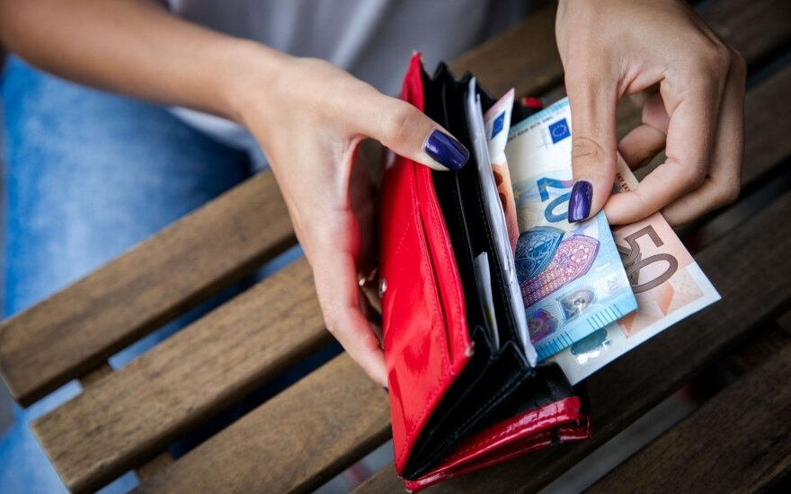 Средняя заработная плата женщин в Литве продолжает отставать от заработной платы мужчин