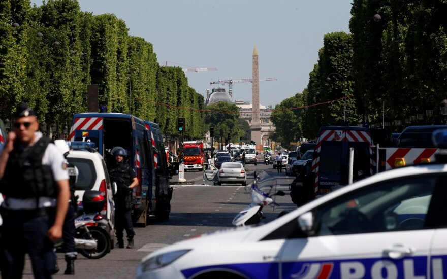 В центре Парижа автомобиль протаранил полицейский фургон
