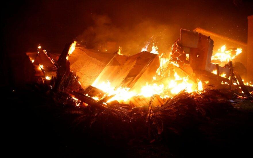 Kalifornijoje per miško gaisrus sudegė tūkstančiai pastatų