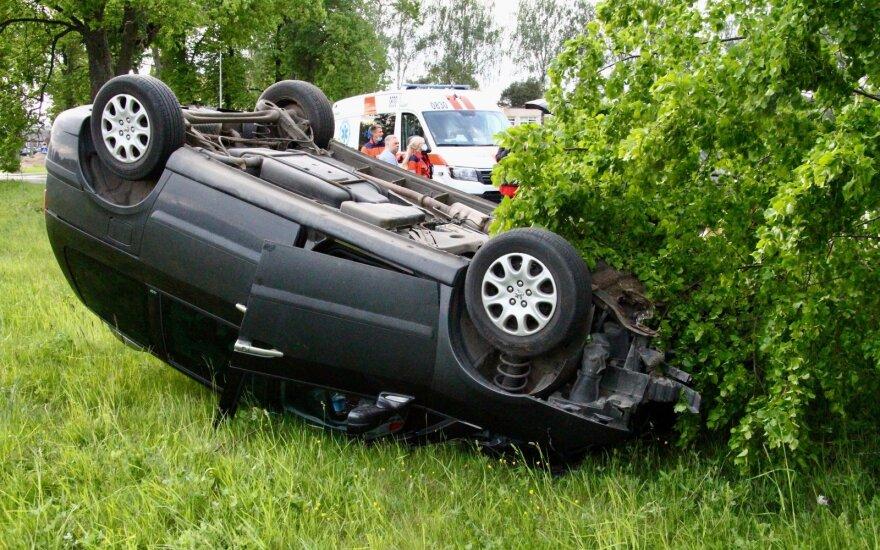 В Вильнюсском районе перевернулся автомобиль Peugeot