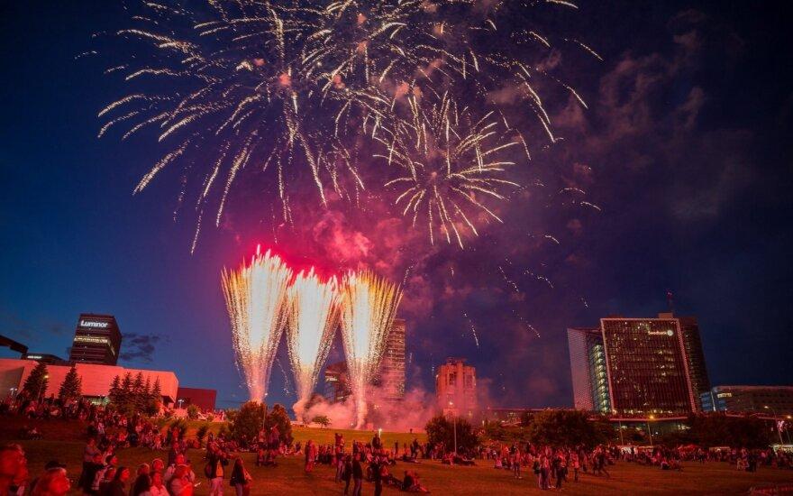 Небо над Вильнюсом в пятницу вечером осветили огни фейерверка
