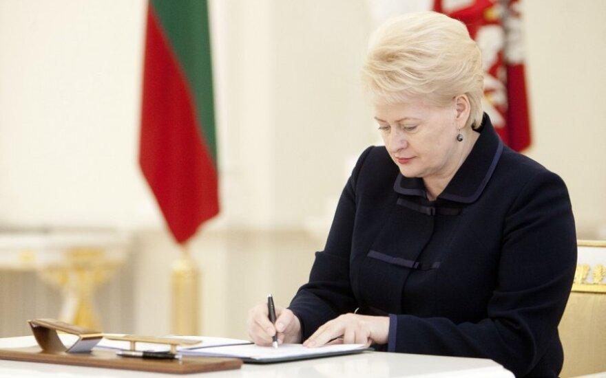 Dalia Grybauskaitė sings a document