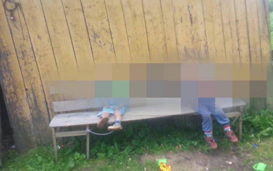 Мужчина избивал привязанных к скамейке детей