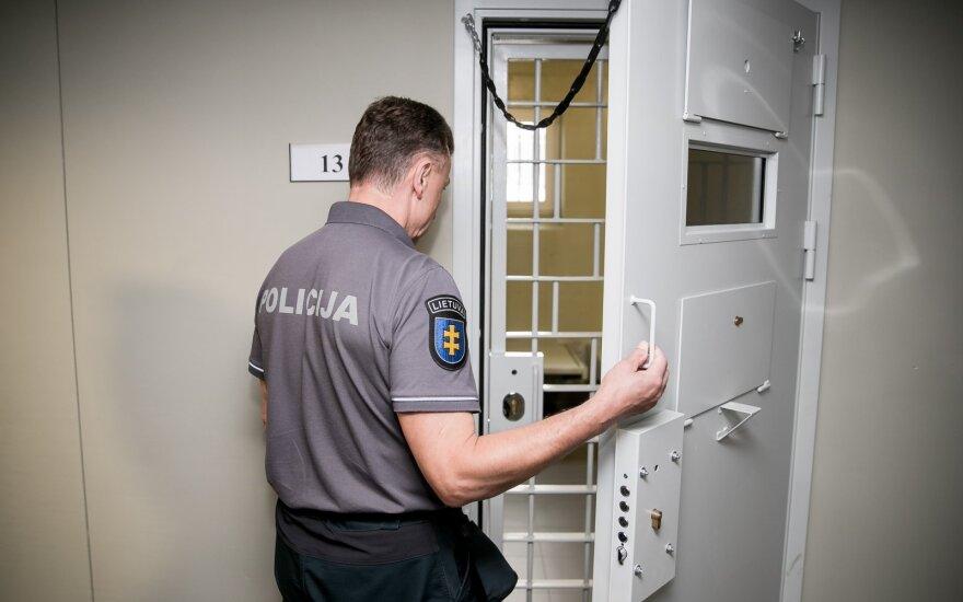 В Вильнюсе пьяный полицейский повредил чужой BMW