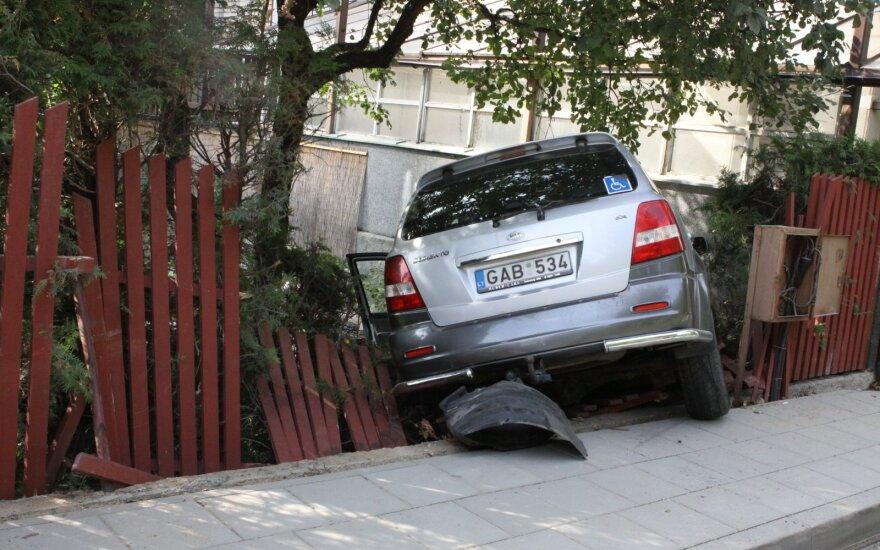 В Вильнюсе пожилой водитель перепутал педали и врезался в забор дома