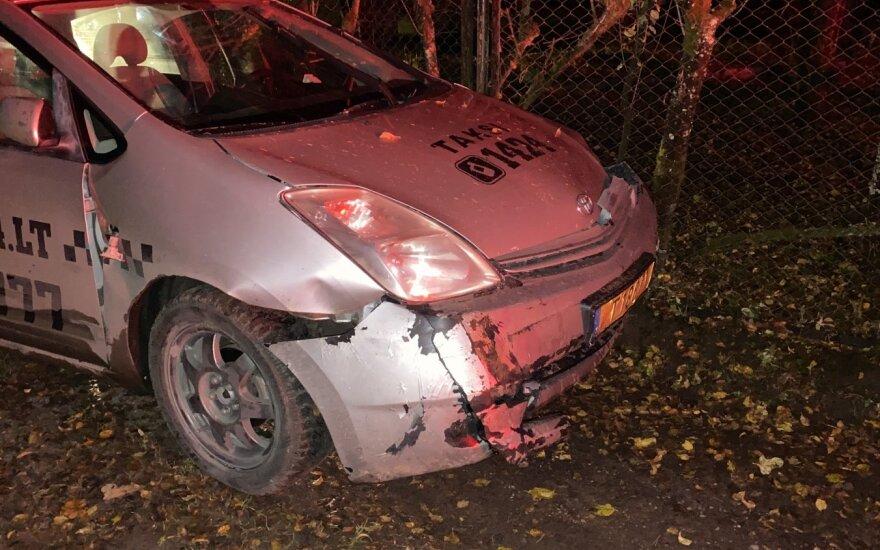 В Вильнюсе пьяный пассажир пытался задушить таксиста и угнал его автомобиль
