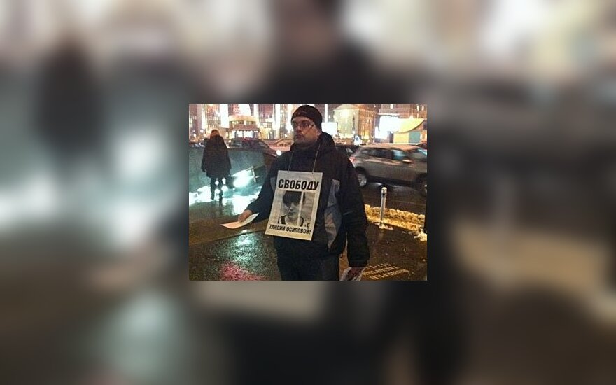 """Участник пикета в поддержку Таисии Осиповой около станции метро """"Тургеневская"""". Фото @aleshru"""