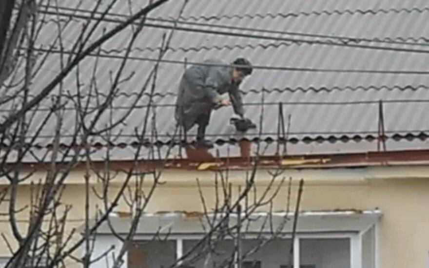 Старушка шокировала интернет: сама ремонтирует крышу пятиэтажки