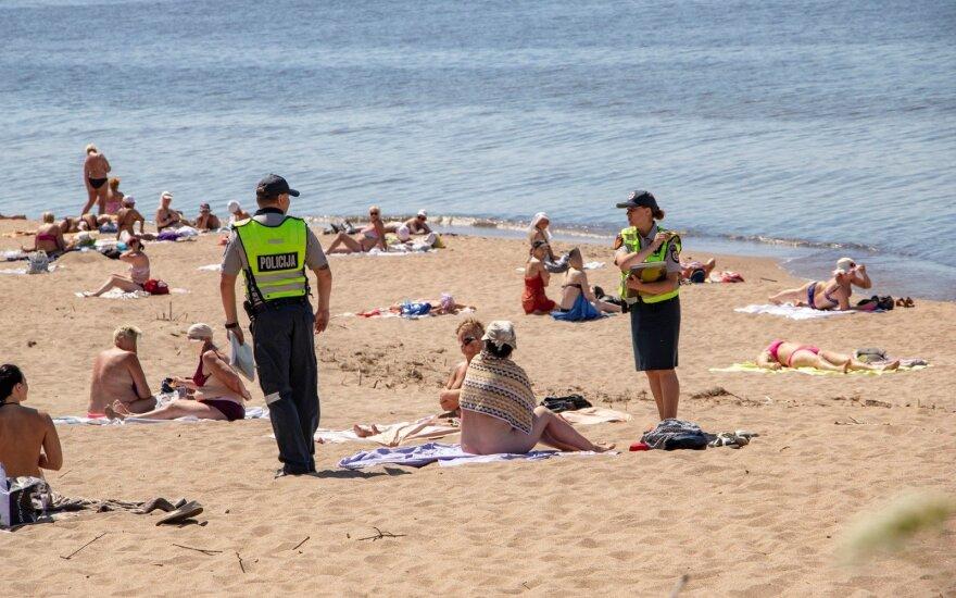 Женщин на пути к женскому пляжу ждет полоса препятствий